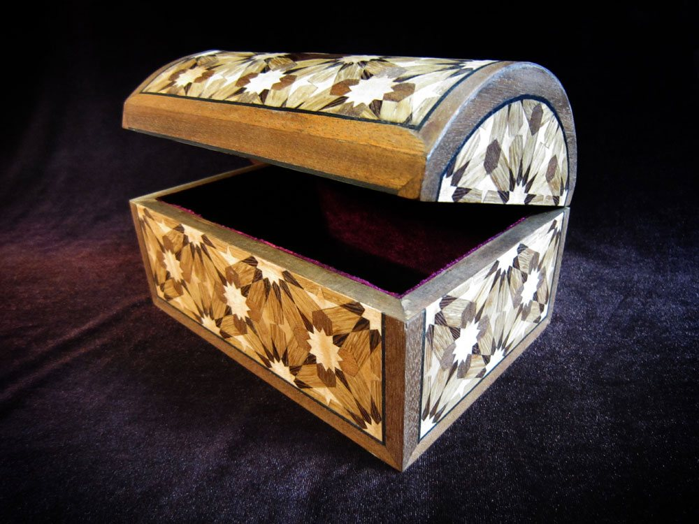 Jewellery box with twelvefold geometric pattern